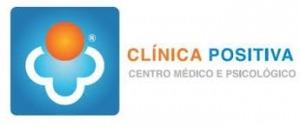 "Logótipo da ""Clínica Positiva"". Cores azul, laranja e cinza em fundo branco"