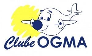 """Logótipo """"Clube OGMA"""". Desenho a azul e branco de avião humanizado com olhos e boca. Sol amarelo"""