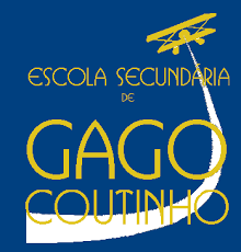 """Logótipo da """"Escola Secundária de Gago Coutinho"""". Cores azul e amarela com desenho de avioneta"""