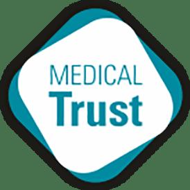 """Logótipo """"Medical Trust"""". Texto a azul sobre fundo branco com contornos azuis"""