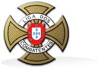 """Logótipo """"Liga dos Combatentes"""". Cores dourada, branca e vermelha com elementos textuais a vermelho"""