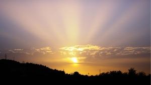 Céu com pôr-do-sol por de trás de nuvens