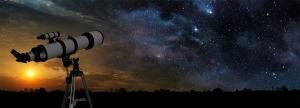 Telescópio apontado para um céu dividido entre uma metade com pôr-do-sol e outra com céu estrelado